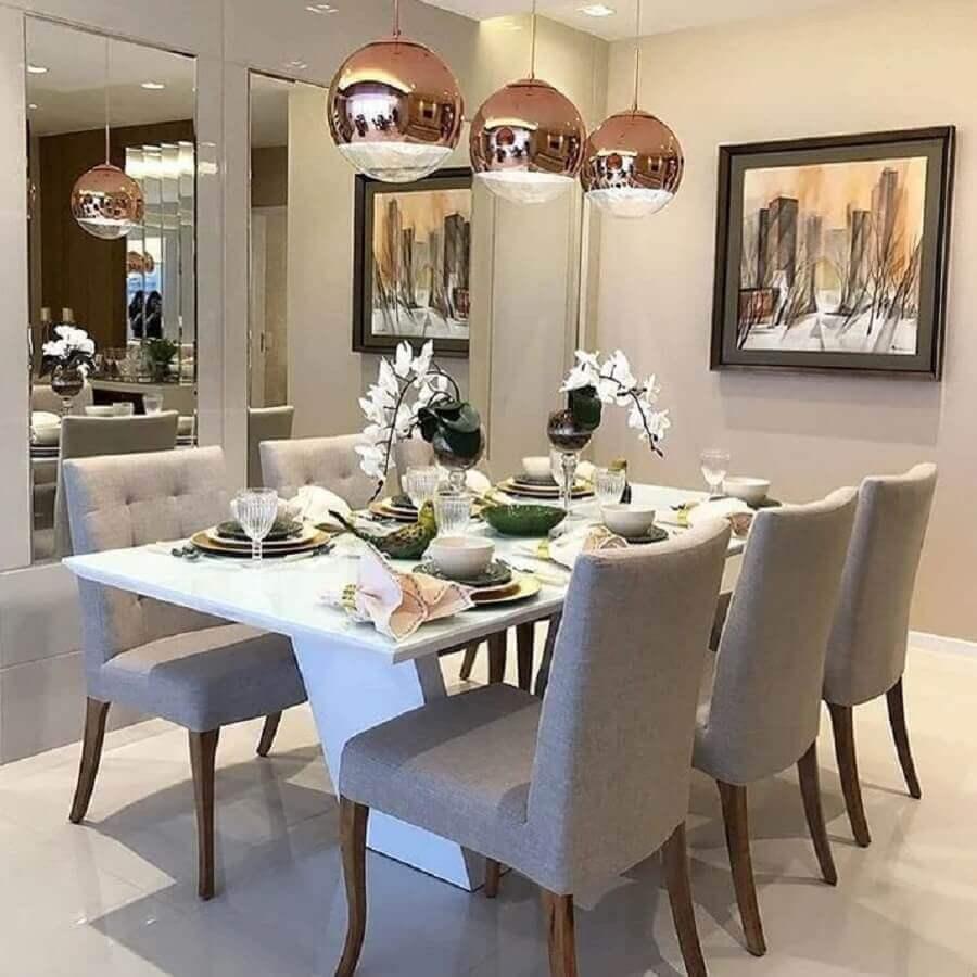 tinta cor pérola para sala de jantar moderna com luminária pendente rose gold Foto Arquitetura & Educação