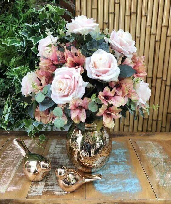 Vaso decorativo dourado com rosas em tons claros