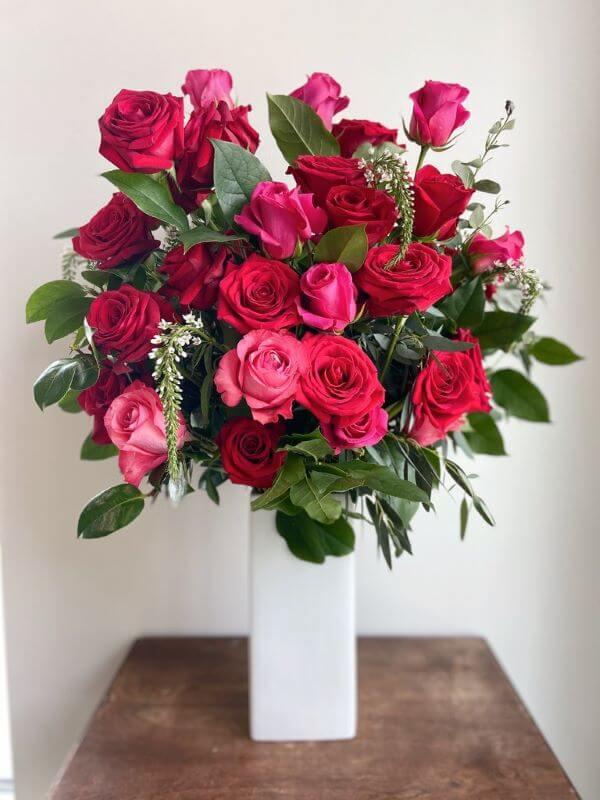 Vaso branco com rosas vermelhas e pink