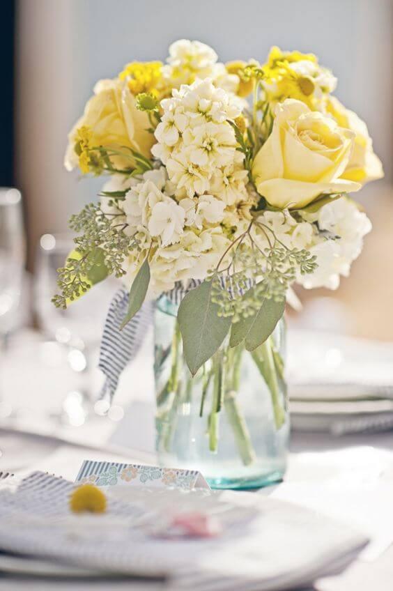 Vaso decorativo com rosa amarela