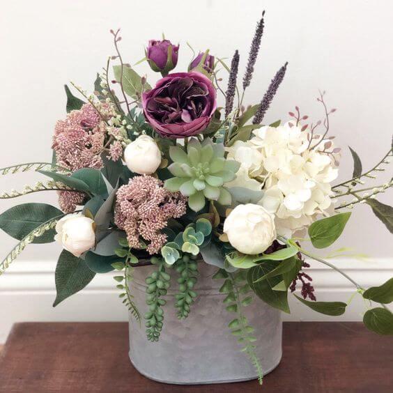 Vaso com flor roxa e branca