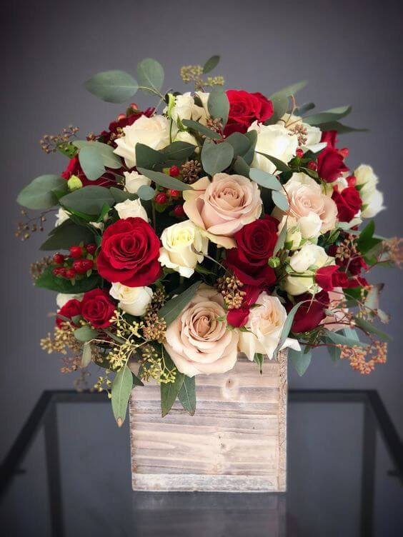 Vaso rosa vermelha e branco