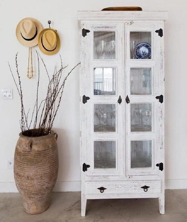 A cristaleira de madeira branca se conecta com diferentes estilos de decoração