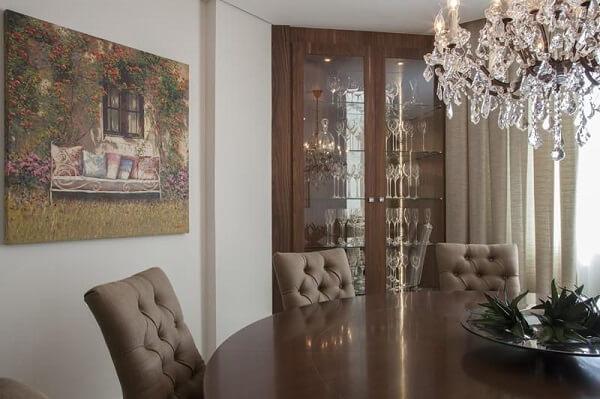 A cristaleira de madeira feita sob medida otimiza o espaço da sala de jantar