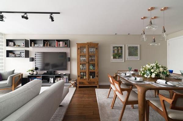 A cristaleira de madeira se destaca na decoração do cômodo