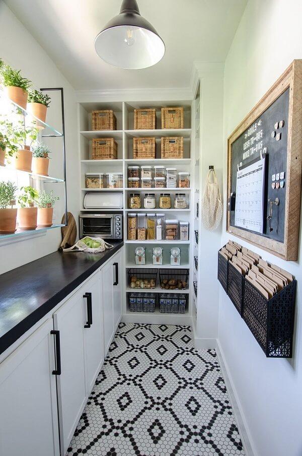 A despensa de cozinha pequena preenche uma parede toda do ambiente e auxilia na organização