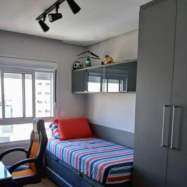 A luminária de teto trilho se encaixa perfeitamente na decoração do quarto de solteiro