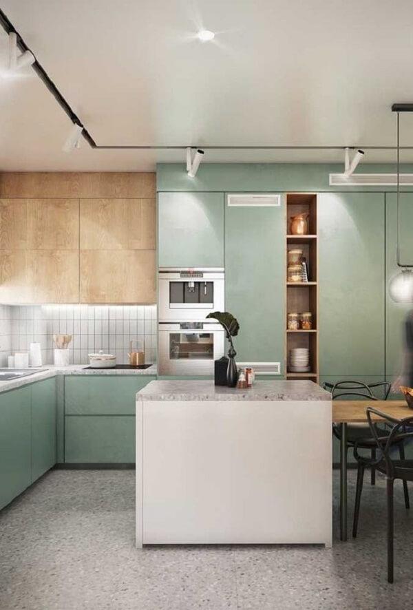A luminária de trilho branca traz neutralidade para a cozinha verde