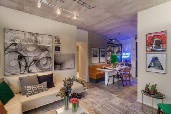 A luminária de trilho complementa com estilo a decoração da sala de estar