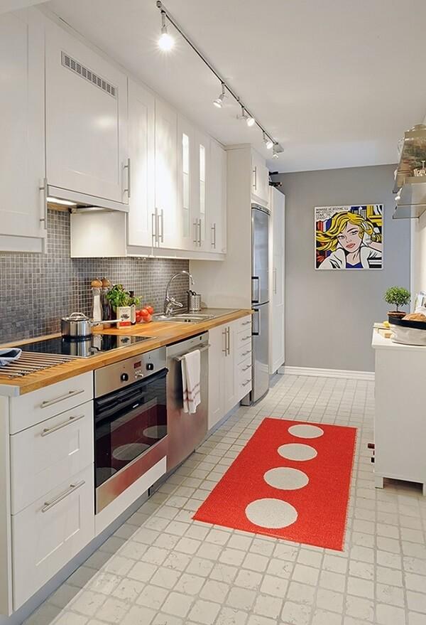 A luminária trilha branca melhora a iluminação da cozinha