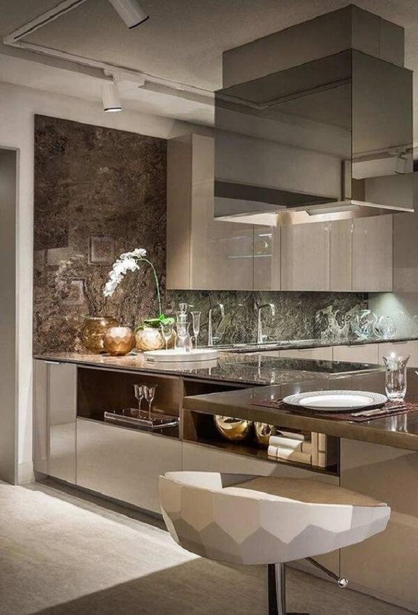 A luminária trilho instalada na cozinha traz pontos de luz no ambiente