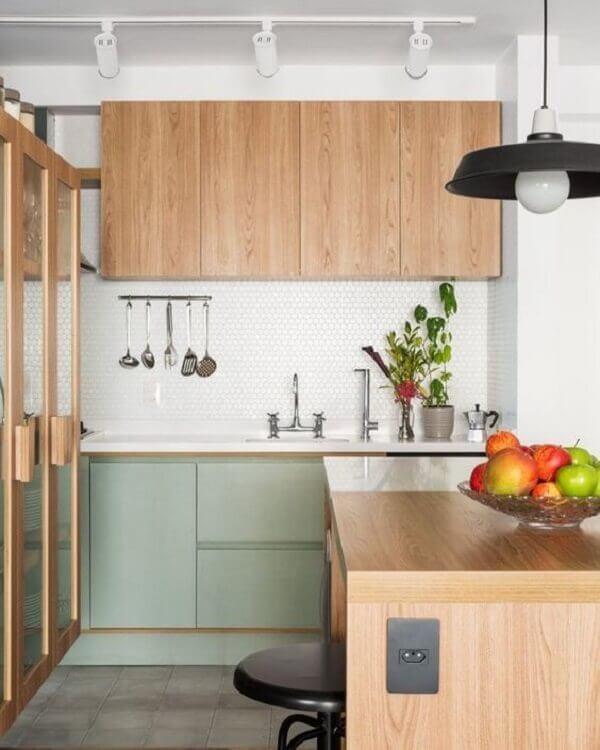 A luminária de trilho branca ficou discreta na decoração da cozinha