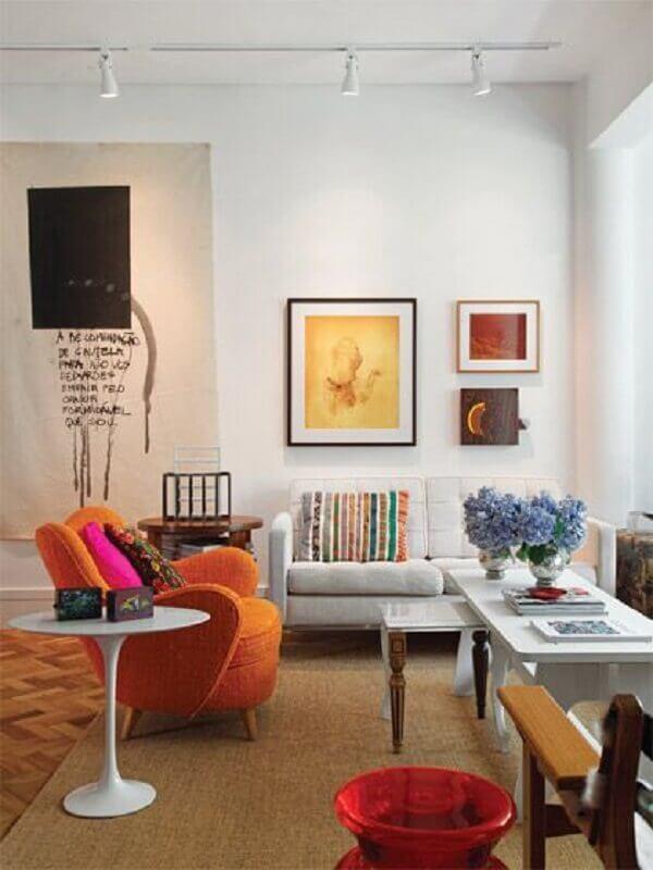 A luz do trilho luminária traz um toque especial para a decoração da sala de estar