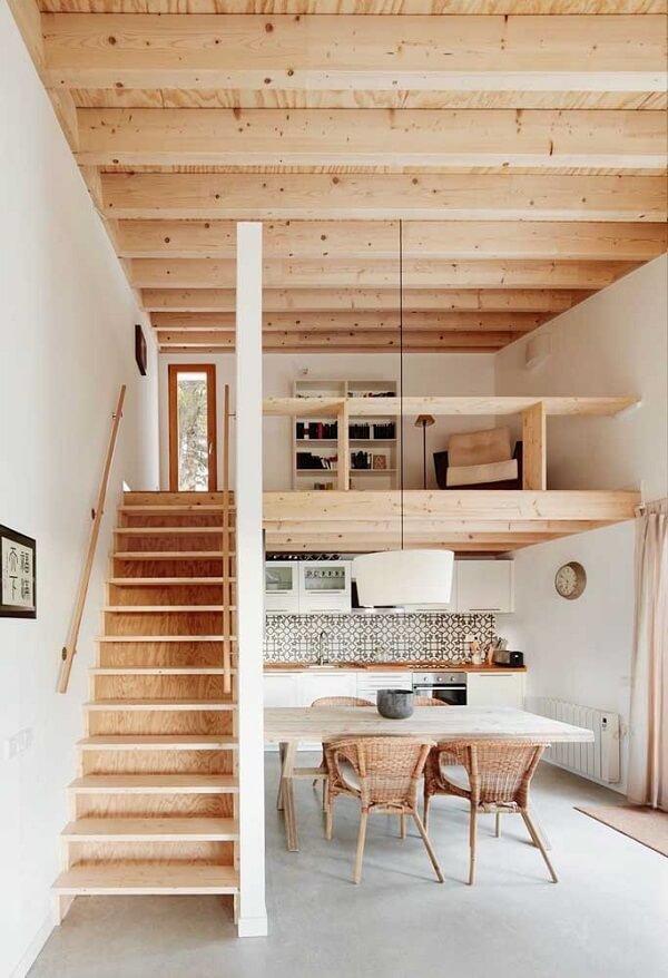 A madeira traz um toque moderno para o interior da casa simples. Fonte: Ideias Decor
