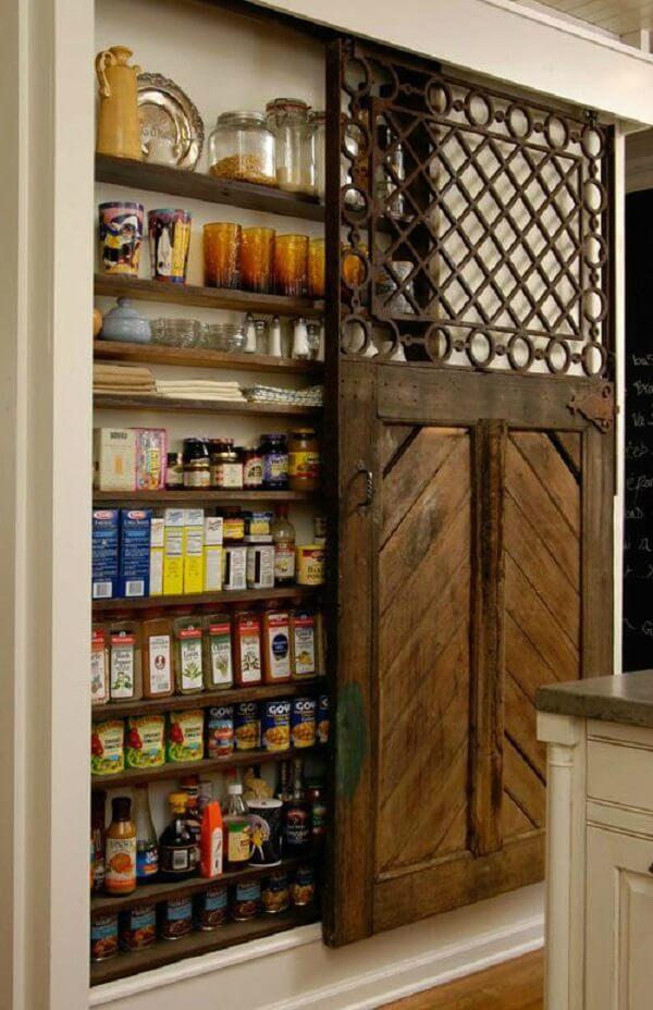 A porta para despensa de cozinha é ótima para maximizar o espaço do cômodo