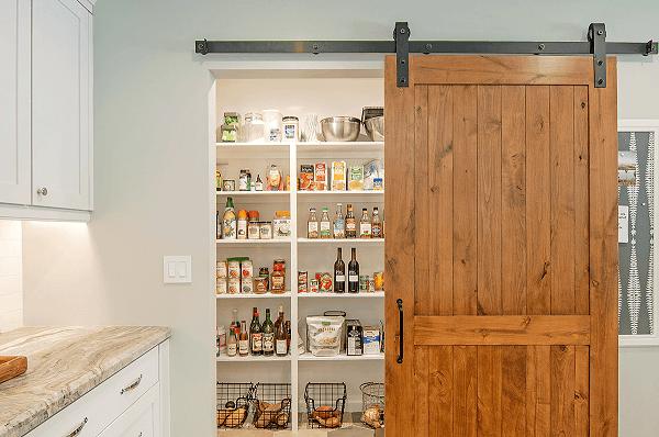A porta para despensa de cozinha otimiza o espaço do ambiente