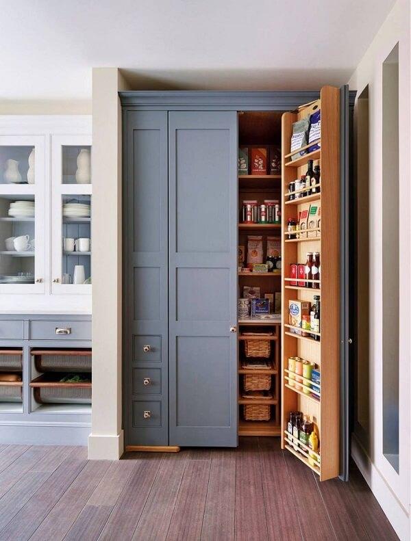 A porta para despensa de cozinha também conta com compartimentos para guardar alimentos e garrafas