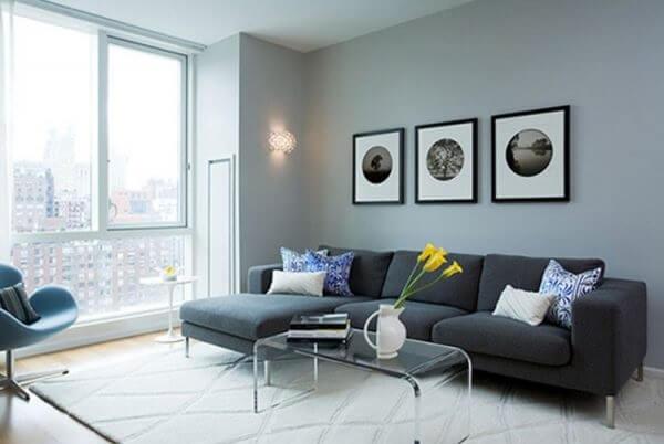 A sala com sofá de canto cinza pode ficar ainda mais bonita com a iluminação natural da janela
