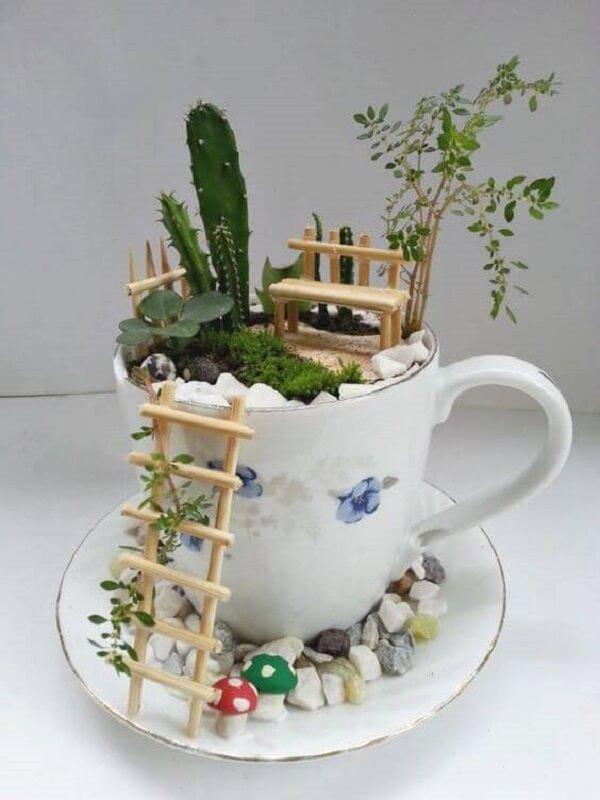 A xícara antiga pode servir como recipiente para um criativo terrário de suculentas