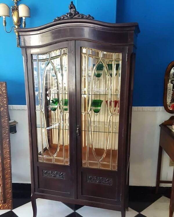 Apaixonados pelo estilo clássico podem investir em uma cristaleira antiga de madeira