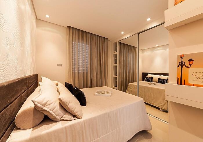 Aposte em espelhos grandes na hora de decorar um apartamento pequeno, pois eles trazem a sensação de amplitude ao cômodo