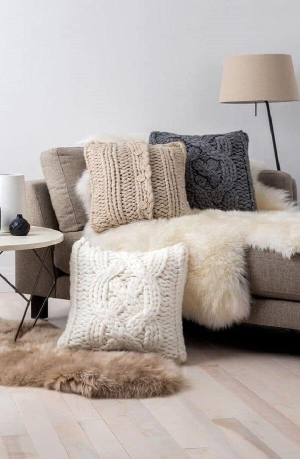 Aposte em um objeto de tricô na decoração da sala de estar