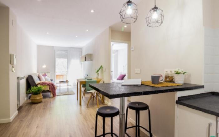 Aposte em uma boa iluminação no momento de decorar um apartamento pequeno