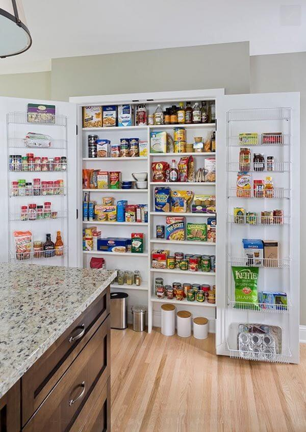 Aproveite todos os cantinhos da sua despensa de cozinha para organizar seus mantimentos