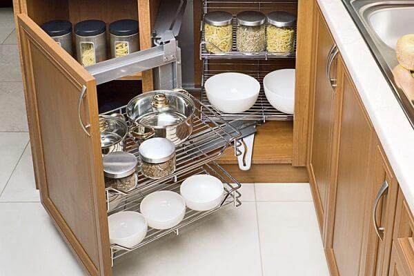 Armário com acabamento criativo usado como despensa de cozinha pequena