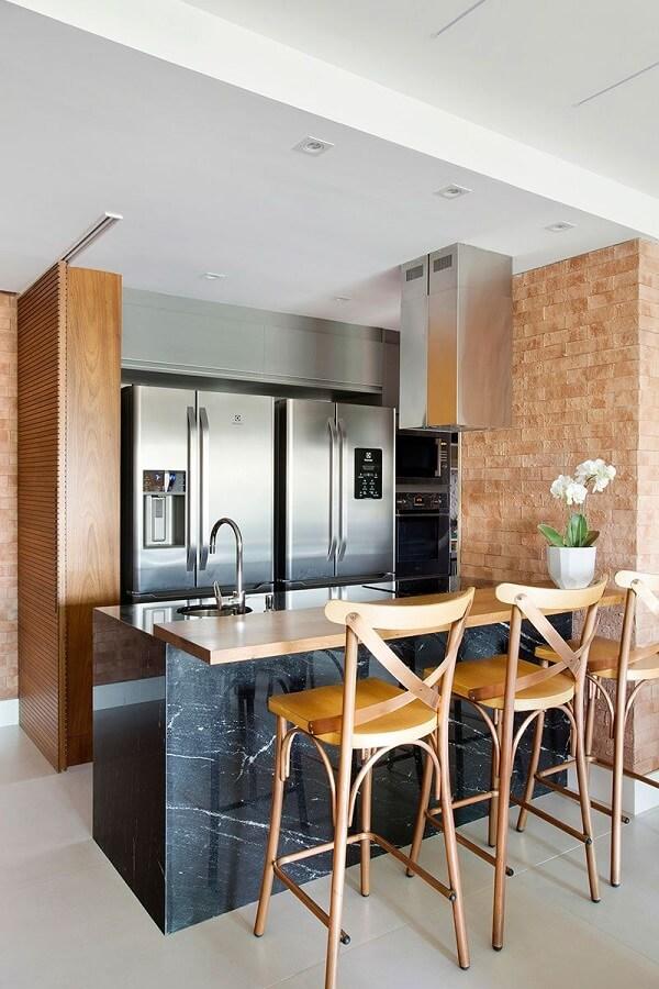 As banquetas de madeira se conectam com diferentes estilos de decoração