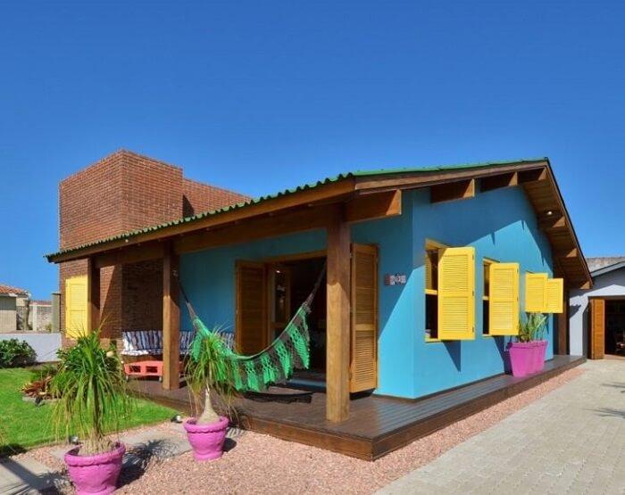 As cores de tinta trazem vida para a fachada da casa simples. Fonte: Arquitetando Ideias