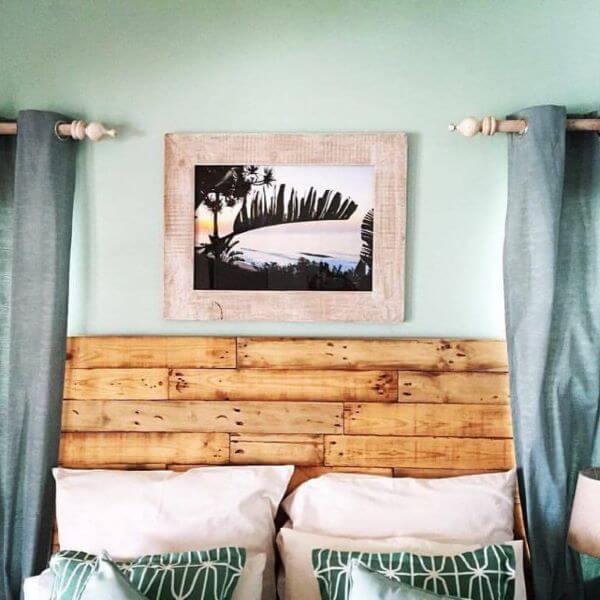 Cabeceira de madeira feita de paletes