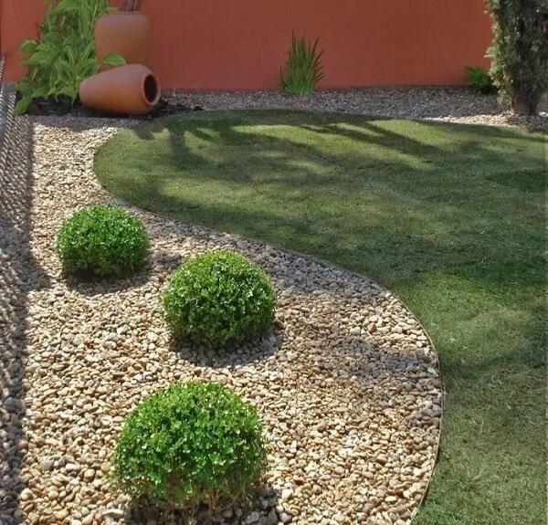 As pedras complementam o jardim nas laterais do terreno da casa simples. Fonte: Arkpad