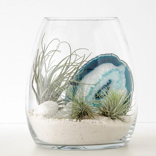 A pedra ágata azul trouxe charme e delicadeza para o terrário de suculentas
