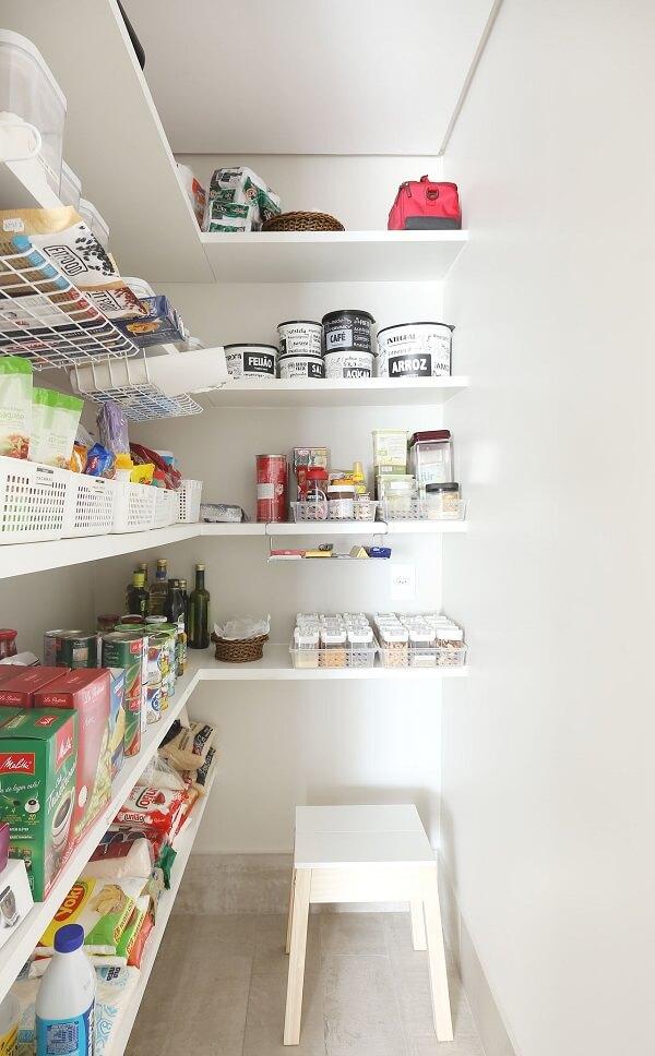 As prateleiras para despensa de cozinha acomodam vários mantimentos