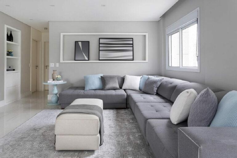 Avalie o tamanho do seu cômodo para que o sofá de canto cinza encaixe corretamente no projeto