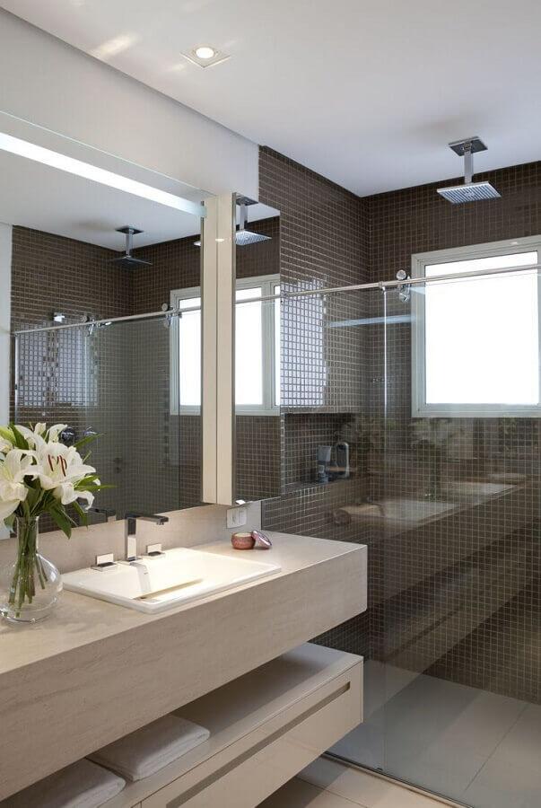 Banheiro com pastilhas adesivas de vidro marrom