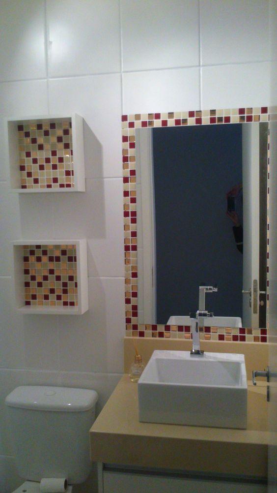Banheiro decorado com pastilhas adesivas no nicho e no espelho