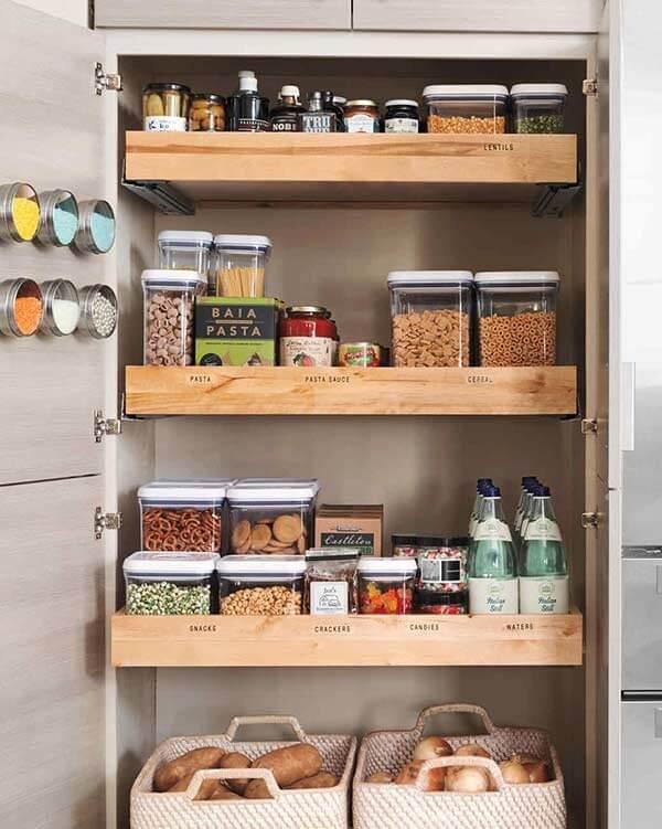 Cestos, potes e porta temperos auxiliam na organização da despensa da cozinha