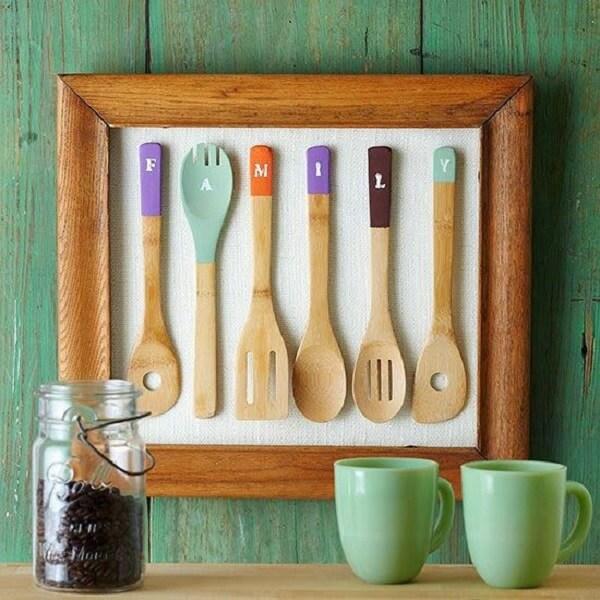 Colher de pau enquadrada forma um lindo quadro para cozinha