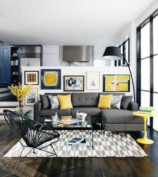 Combine tons de amarelo e branco com o sofá de canto cinza