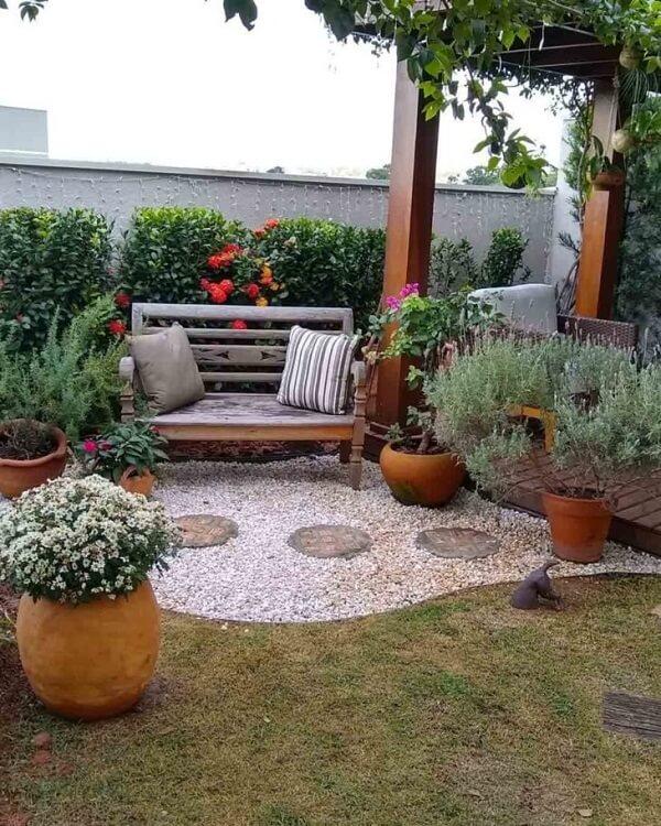 Complemente a sua área externa com um lindo banco de madeira para jardim