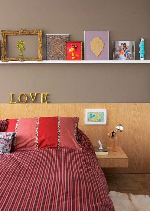 Cores para quartos: o cinza da parede se mistura com a cabeceira de madeira
