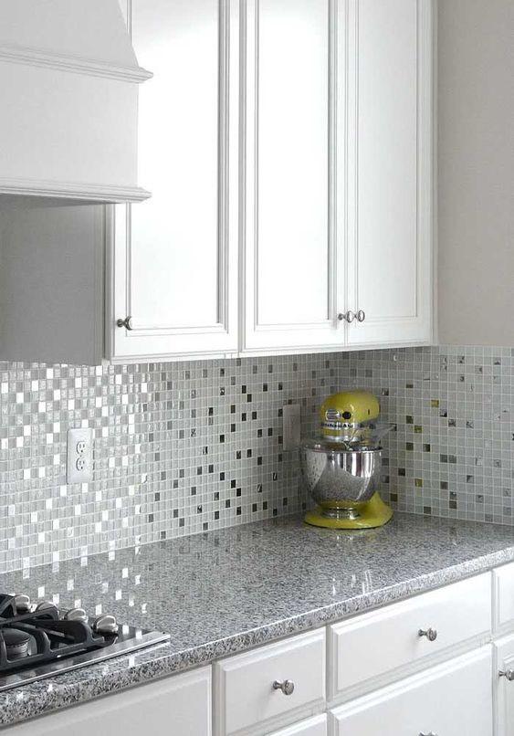 Cozinha branca com pastilhas adesivas na parede