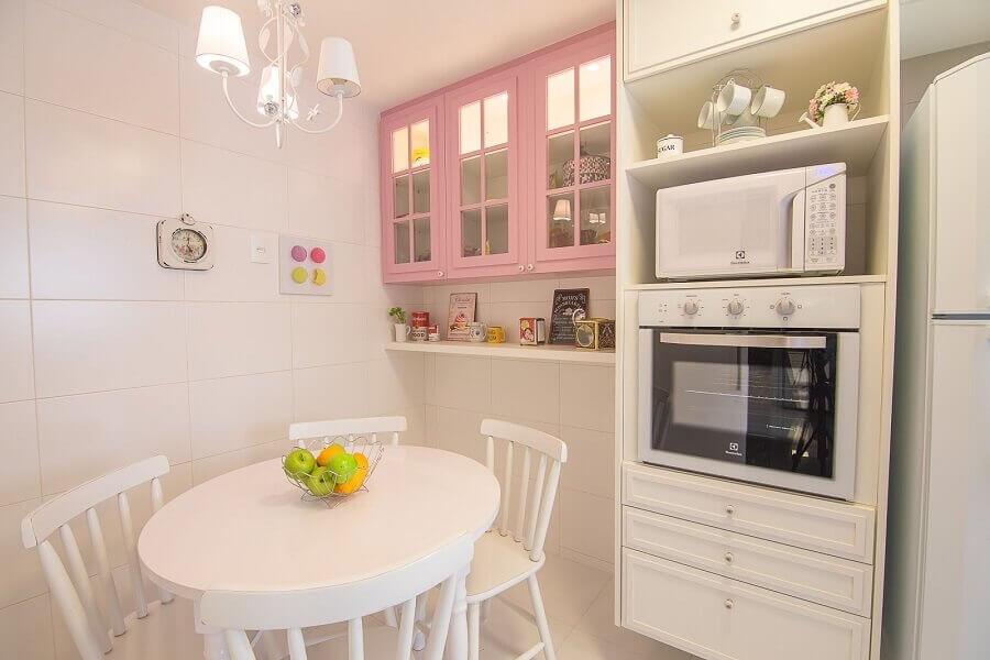 Cozinha pequena decorada com armário aéreo cor de rosa