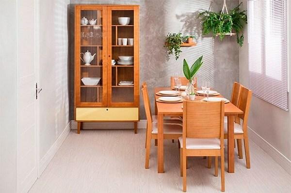 Cristaleira de madeira antiga com design simples