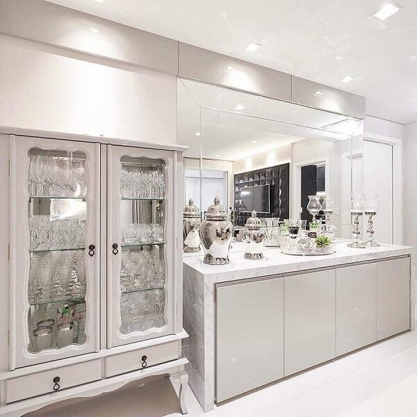 Cristaleira de madeira branca com porta de vidro