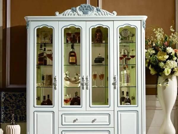 Cristaleira de madeira branca sofisticada e ampla