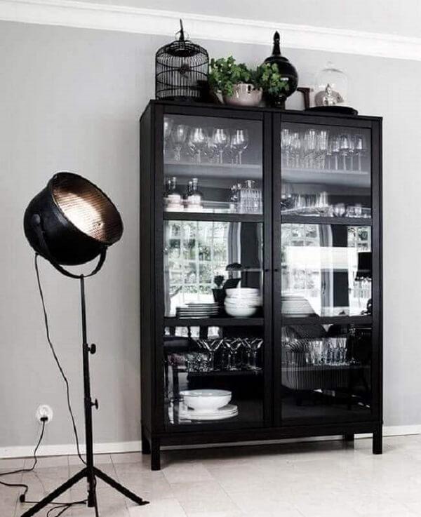 Cristaleira de madeira com acabamento em preto