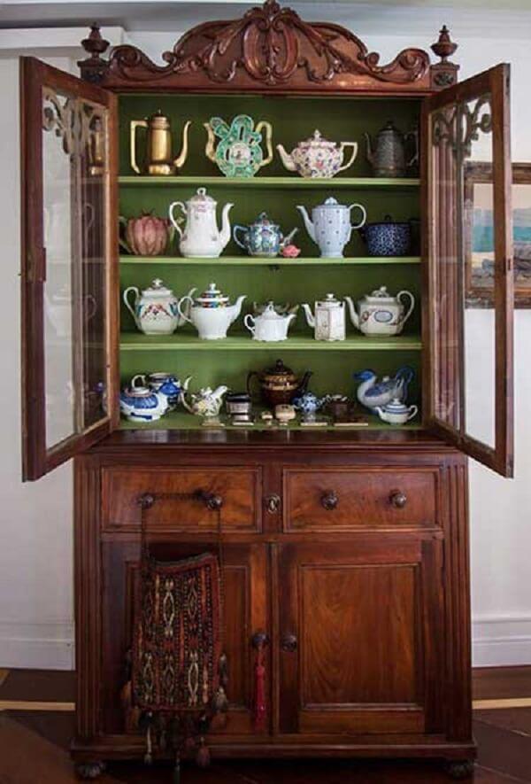 Cristaleira de madeira estilosa para complementar sua decoração